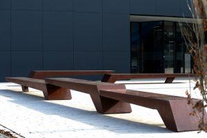 Beton Sitzbank – Farbe: oxidiertes Matall